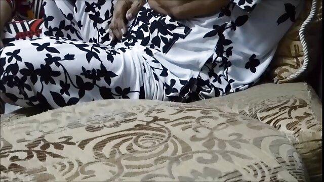 Nyonya menarik rok nya dan cersex dengan stw kemudian telah memperkenalkan ayam hitam raksasa dengan bulu