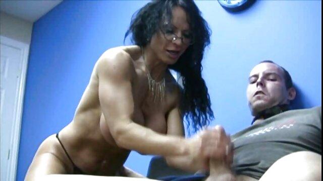Rambut cerita panas bersama tante hitam di mulut vaginanya.